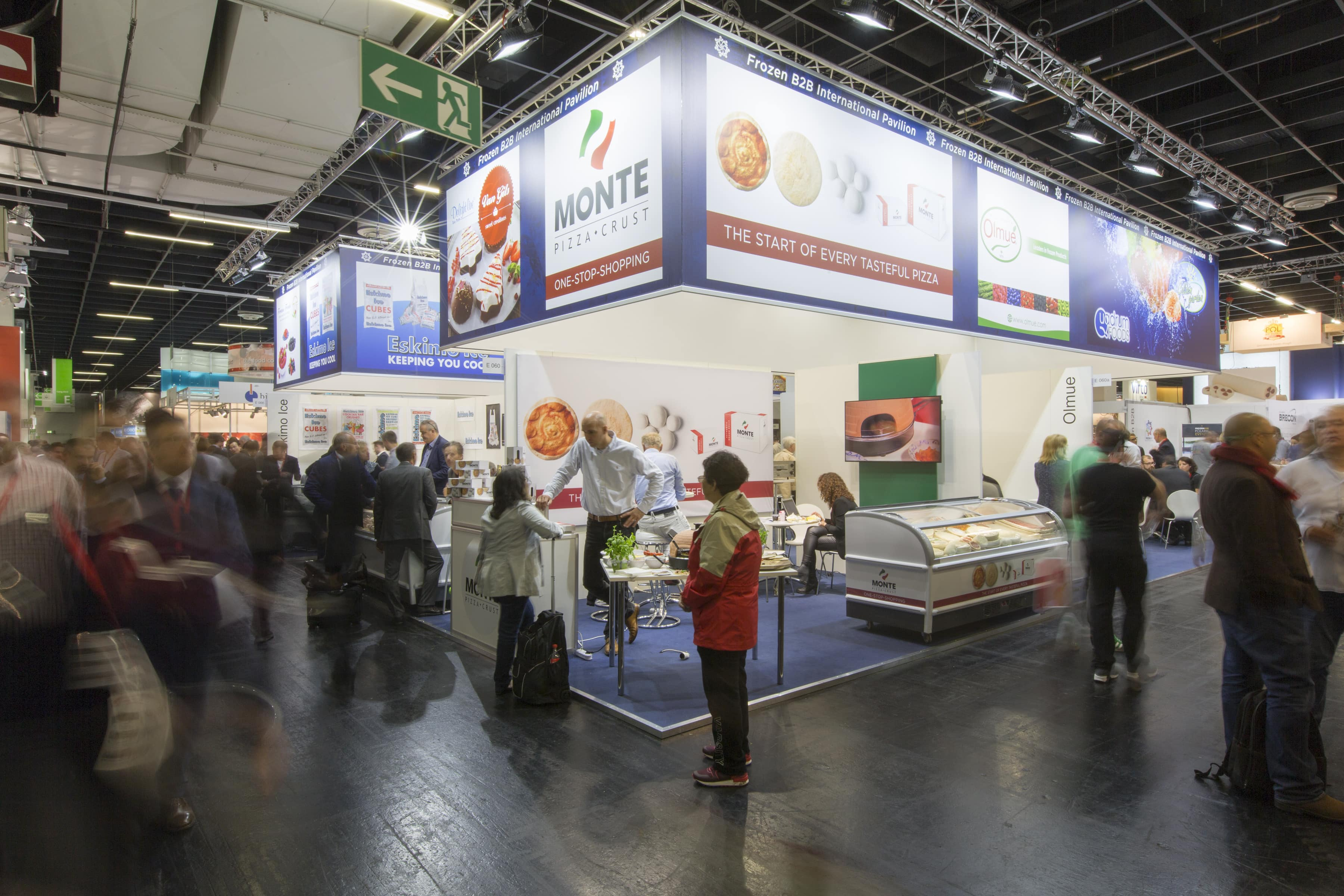 Impressive group stand: bright, inviting and with large long-distance effect.